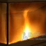 Уютный вид пламени в призматическом стекле Ecoforest eco 1